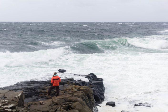 Caterina trotzt den Wellen im Kullaberg Naturreservat